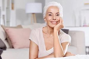 Зрелая Рапунцель: как седые волосы и морщинки превратили 62-летнюю женщину в модель?