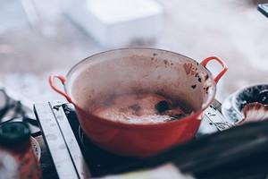 Что делать, если пригорела кастрюля эмалированная: советы как очистить посуду
