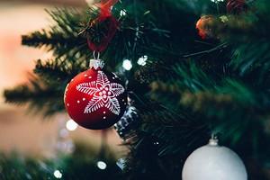 Плейлист для новогоднего застолья: 72 песни на любой вкус и не только
