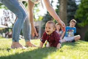 Как научить ребенка ползать: 7 советов и 8 упражнений