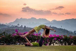 Позы йоги для двоих: 10 полезных асан для тебя и любимого