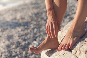Почему болит большой палец на ноге и что с этим делать?