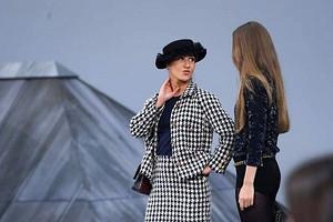 На показе Chanel неизвестная женщина выскочила на подиум и прошлась с моделями (видео)