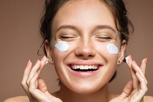 Не дай себе засохнуть: причины шелушения кожи на лице (и как решить проблему)