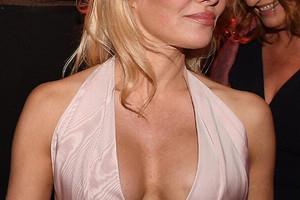 От большой до никакой: как менялась мода на форму женской груди