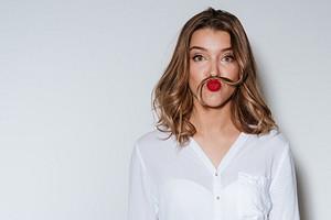 Не надо стесняться: как избавиться от усиков над верхней губой (это можно сделать не только в салоне)