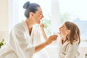 Молодым родителям: когда начинать чистить зубы ребенку и как правильно это делать