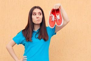 Как убрать запах из обуви: 8 эффективных средств (от профессиональных до домашних)