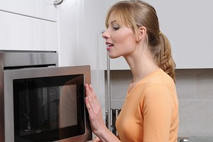 Как избавиться от запаха в микроволновке: 20 лучших способов