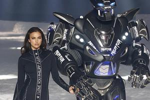 Роботы, дроны и прочие фрики: нестандартные модели на модных показах (видео)