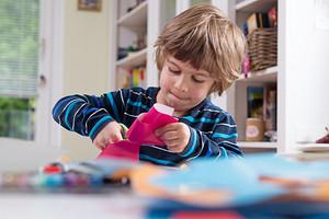 Открытка из деревянных палочек, елочка из ткани и другие идеи для создания подарка маме своими руками в детском саду