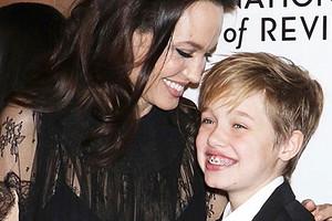 13-летняя дочь Анджелины Джоли и Бреда Питта официально взяла мужское имя