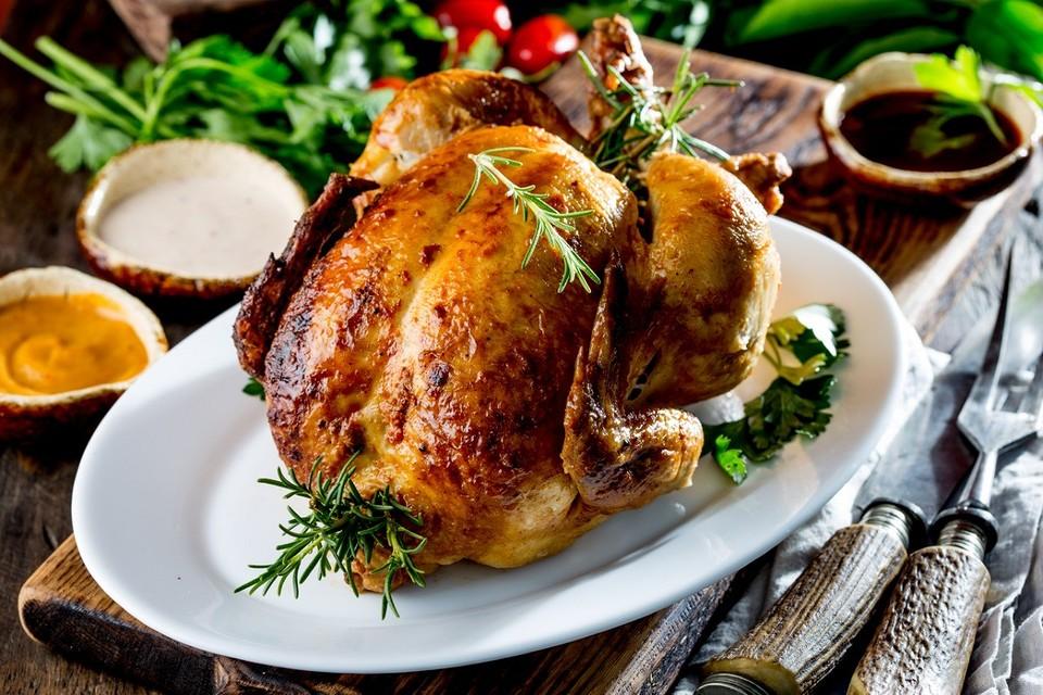 Готовим курицу-гриль в духовке целиком: 4 простых рецепта, которые сможет повторить каждая