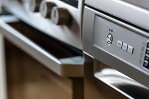 Как очистить плиту от жира и нагара: полное руководство для разных поверхностей