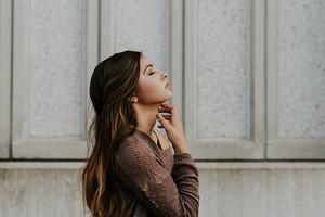 Тейпирование лица: хайповый способ избавиться от морщин