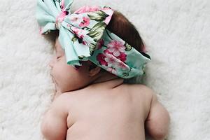 Когда ребенку можно спать на животе (и не опасно ли это)