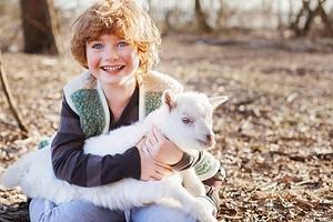 Находка для мам: чем полезно козье молоко для детей и как правильно его пить