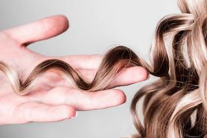 Без слез и утюжка: как правильно ухаживать за кудрявыми волосами