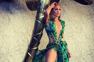 Дженнифер Лопес прошлась на показе Versace в ремейке культового платья (видео)