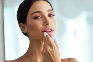 Как увлажнить сухие губы в домашних условиях: рейтинг лучших бальзамов, гелей и помад