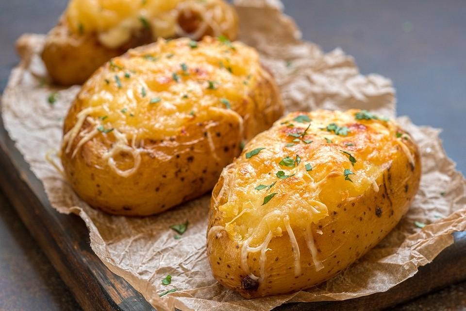 8 простых рецептов картошки, запеченной целиком