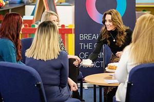 Кейт Миддлтон устроила чаепитие в женской тюрьме (видео)