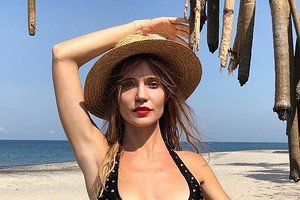 Наталья Ионова показала идеальную фигуру в купальнике, стоя на голове