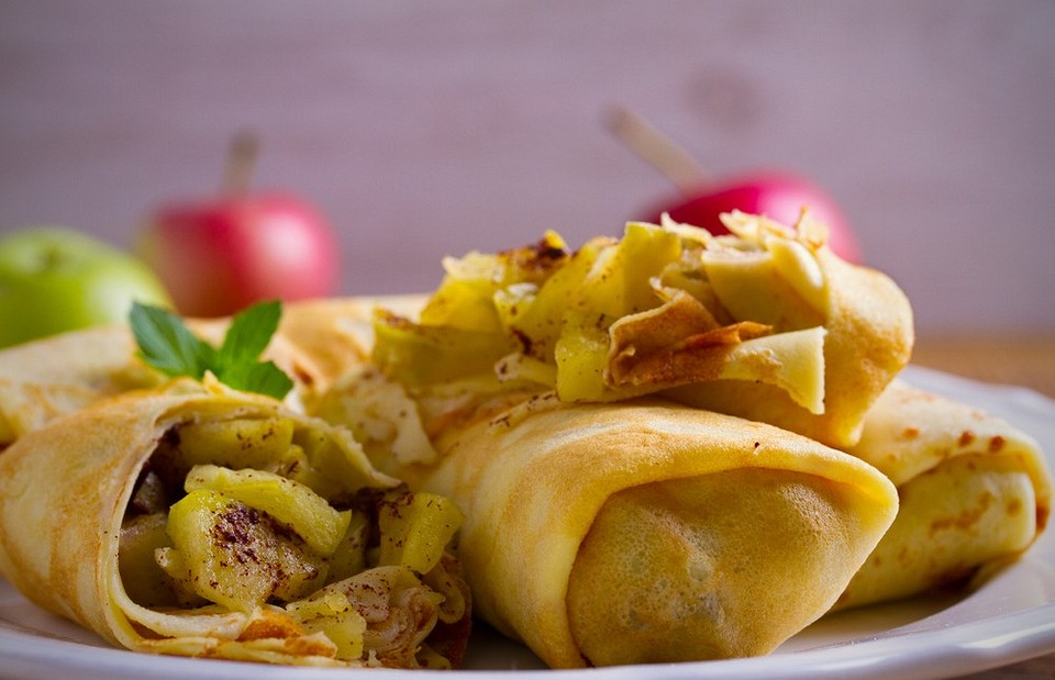 К завтраку и на десерт: 5 вариантов начинки из яблок для блинов