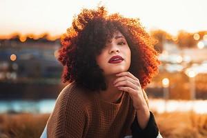 Покажи это мастеру: 6 модных женских стрижек 2020 на вьющиеся волосы с фото