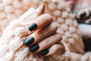 Инструкция: как накрасить ногти, чтобы руки выглядели моложе