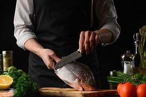 Как почистить рыбу от чешуи быстро и так, чтобы кухня осталась чистой