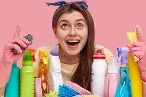 Круче профессионала: чем помыть глянцевый натяжной потолок без разводов в домашних условиях