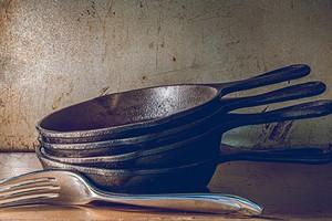 Как подготовить чугунную сковороду перед первым применением: 5 способов обработки