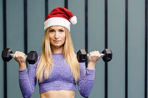 Фитнес на каникулах: мини-комплекс упражнений от тренера, которым легко заниматься дома