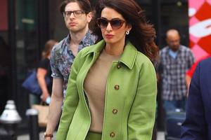 Нескучная классика: учимся носить яркие вещи как Амаль Клуни