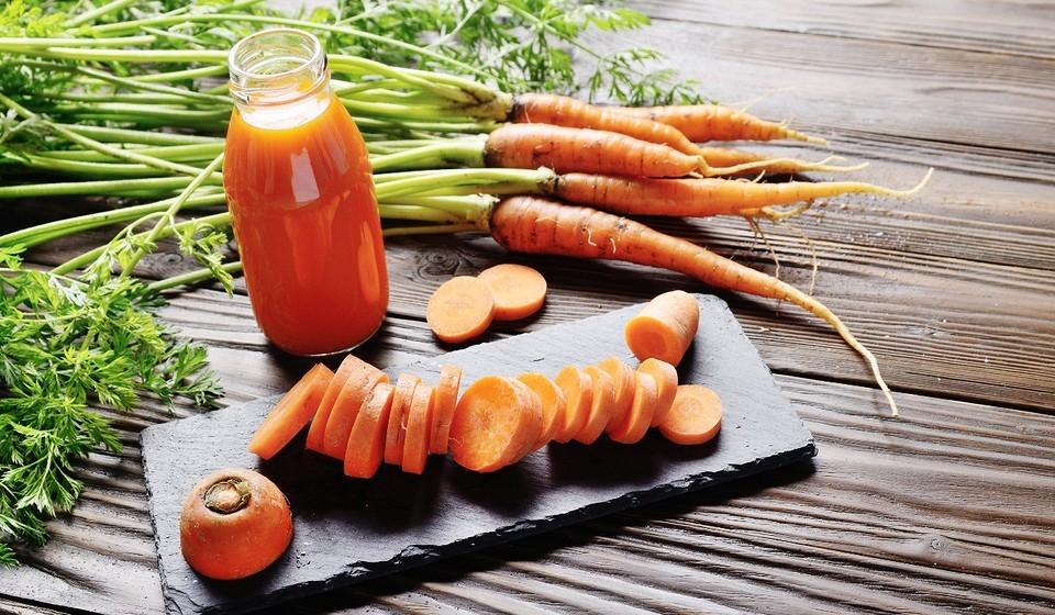 Низкий холестерин, хорошее зрение и еще 7 полезных свойств морковного сока