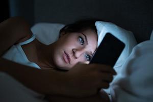 Вредно ли пользоваться телефоном перед сном (спойлер: не всегда)
