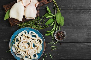 Как правильно варить кальмары для салата: 5 быстрых способов, советы и лайфхаки