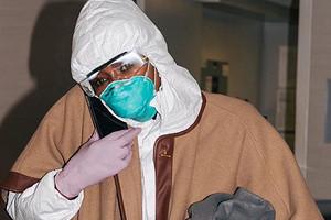 Наоми Кэмпбелл приехала в аэропорт в защитном костюме и маске (все из-за коронавируса)