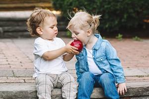 9 продуктов, которые никогда нельзя давать детям