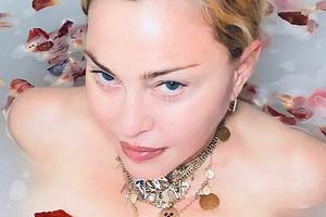 «Великий уравнитель»: Мадонна разделась ипризвала перестать дискриминировать коронавирус (видео)