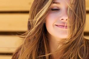 Жирная кожа головы: как решить проблему и начать реже мыть волосы