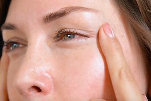 Как избавиться от отеков под глазами и привести мышцы в тонус: 2 легких упражнения (видео)