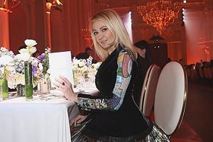 Яна Рудковская приклеила цветы от Chanel на медицинскую маску и стала героиней стритстайла (видео)