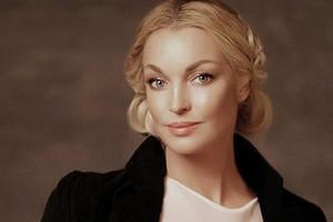 Анастасия Волочкова примерила шесть париков (один с косичками)