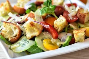 Сколько калорий на самом деле в популярных салатах (и как их уменьшить)