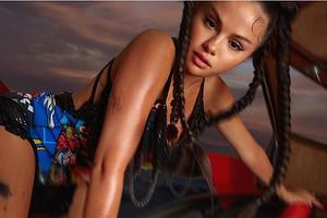 Похудевшая Селена Гомес в новом образе задала тренд на косы-жгуты