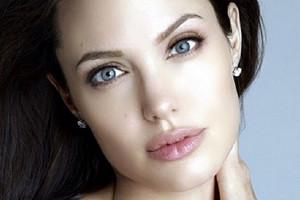Анджелина Джоли в домашнем образе вышла в прямой эфире, чтобы поговорить о коронавирусе (видео)