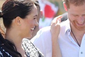 Папарацци подловили Меган Маркл и принца Гарри во время благотворительной доставки еды (видео)