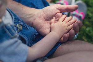 У ребенка шелушатся пальцы на руках: как найти причину